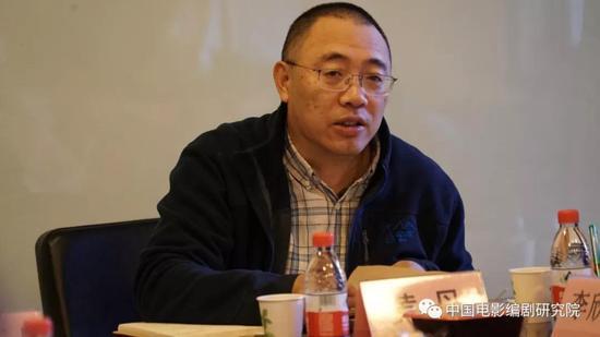 图为文学系系主任黄丹教授致辞