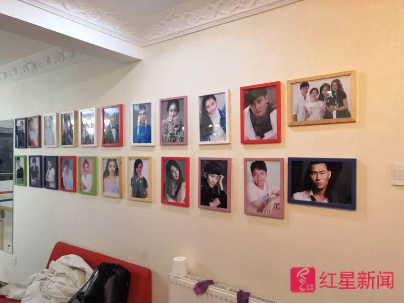 ▲美代(北京)文化有限公司内挂着的艺人照片。