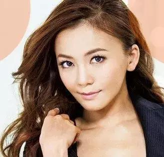 华原朋美,日本著名女歌手,行为平成年代的歌姬也是专门特出的存在。