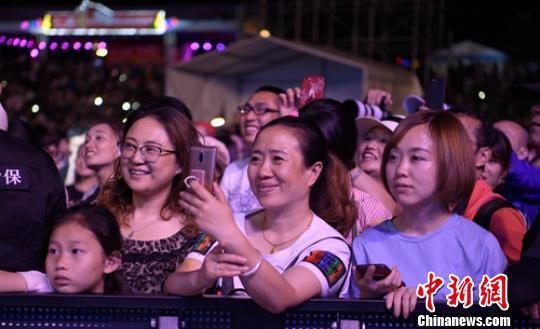 音乐节吸引了上万观众。 刘忠俊 摄
