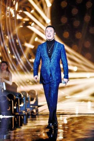 """杨坤表明,《歌手》这个舞台让自己感觉""""现已好多年没有这么努力过了""""。"""