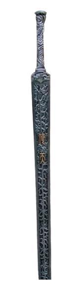 """各版本倚天剑屠龙刀对比   新版   倚天剑   原著描写:灭绝师太取出一柄四尺来长的古剑来……但见剑鞘上隐隐发出一层青气,剑未出鞘,已可想见其不凡,只见剑鞘上金丝镶着的两个字:""""倚天""""。"""