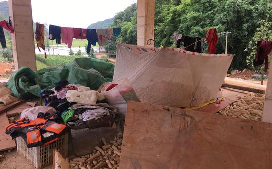楊紅家二層沒有牆,房屋中間是蚊帳和厚被子。新京報記者 張羽 攝
