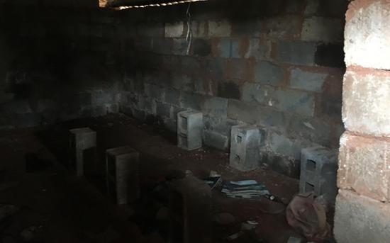 """幾根石柱上搭個木板就是""""牀"""" 新京報記者 張羽 攝"""