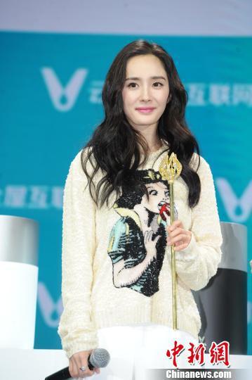 """杨幂在接受记者采访时表示,她十分认可和欣赏《谈判官》中童薇所展现出的""""独立""""。 康玉湛 摄"""