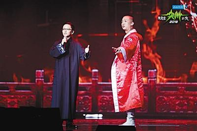 GAI(右)现场与京剧表演艺术家王珮瑜合作演绎《空城计》。