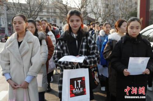 上海戏剧学院2018年艺考现场,考生正在排队中新社记者 殷立勤 摄