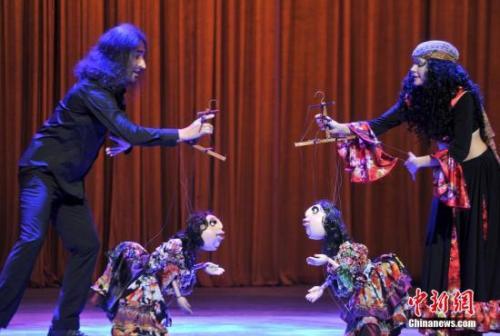 第四届中国泉州国际木偶节,德国演员表演《非法之旅》选段。吕明 摄