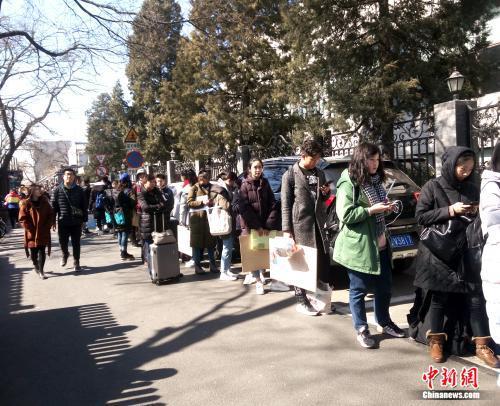 3月8日中午,中央戏剧学院偶剧系考生正在排队。袁秀月 摄