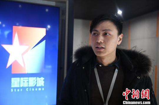 图为:阿里影业星际影视副店长邵阳接受记者采访。 王远 摄