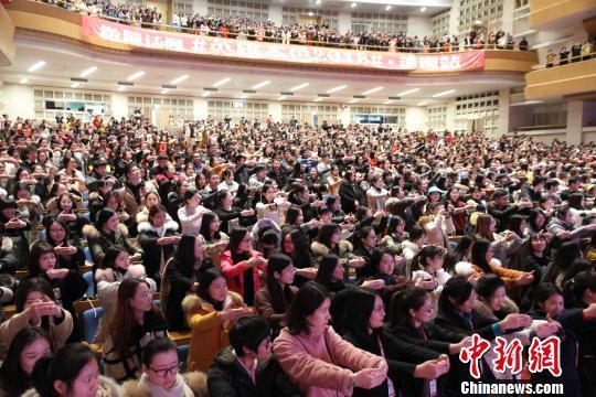 10日在济南举行路演活动,主演王凯亮相见面会。 孙婷婷 摄