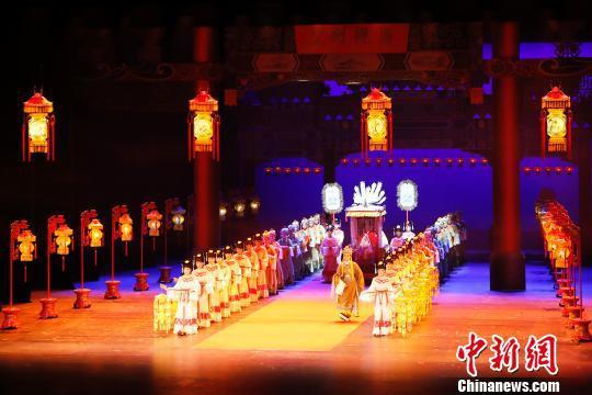 殿堂版中国越剧《红楼梦》在上海大剧院演出,舞美设计惊艳全场。 殷立勤 摄