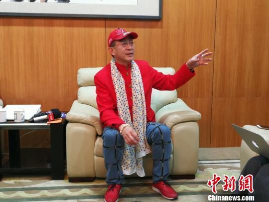 著名演员六小龄童当晚接受中新网记者采访。 康玉湛 摄