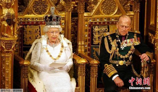 王冠好戴吗?英女王:低头就掉 还可能扭