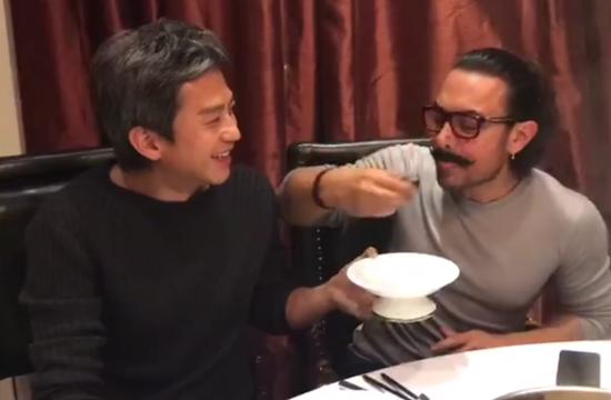 邓超与阿米尔汗共享皮蛋 获对方喂食一脸