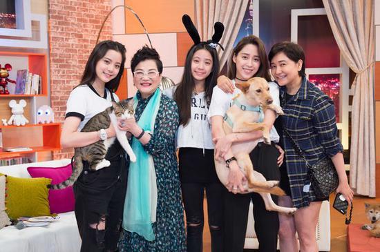 欧阳妮妮、娜娜与娣娣录影《小燕有约》