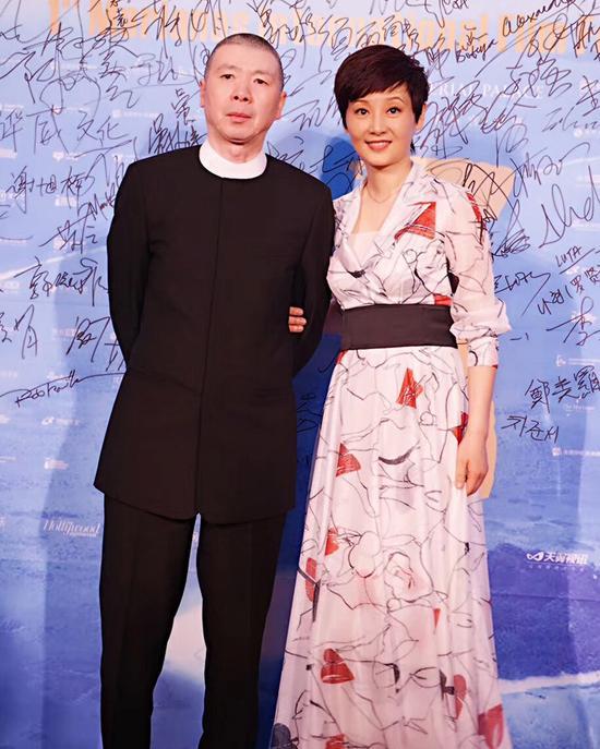 徐帆亮相塞班电影节 复古长裙呈现翻倍优雅
