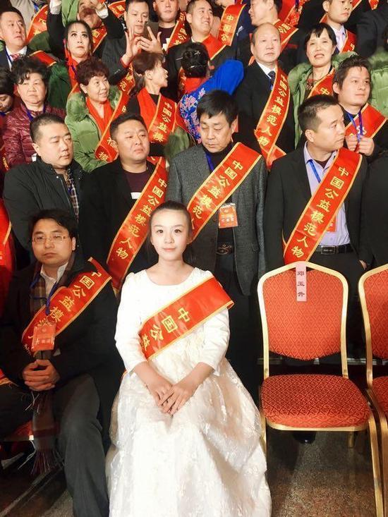 (图:儿童创作型歌手贾璨璨在全国人大会议中心)