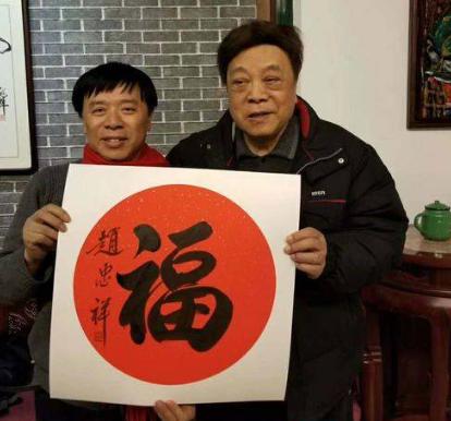 """2019年12月初,封面新闻记者在北京釆访赵忠祥。2020年新年快到了,赵忠祥送给记者一幅他亲手写的""""福""""字!"""