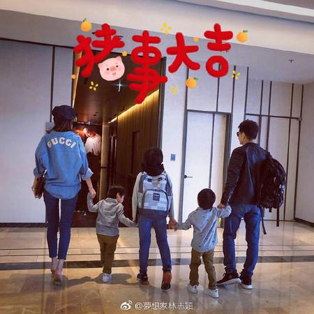 林志颖带着一家人拜年。