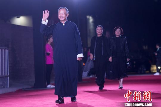 杜琪峰当晚身着一席长袍大褂出席红毯仪式。 胡健 摄