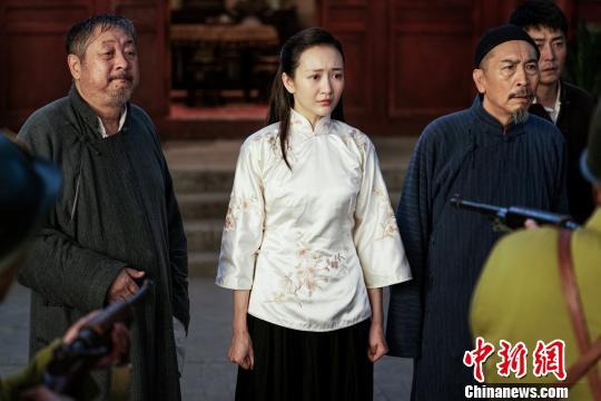 """王鸥(图中)在《芝麻胡同》中饰演""""北京大妞""""牧春花"""