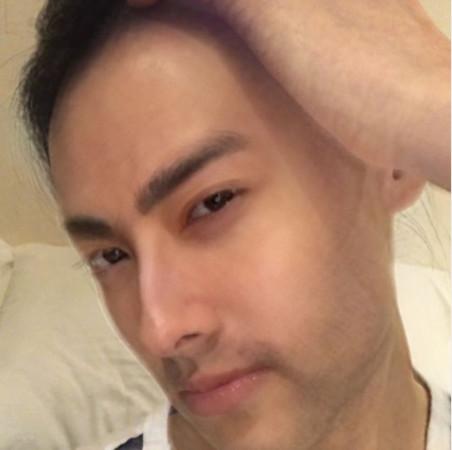 梁洛施通过软件变脸男性。