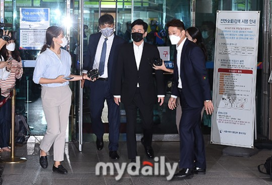 YG梁铉锡出席赌博案庭审 承认在国外参与非法赌博