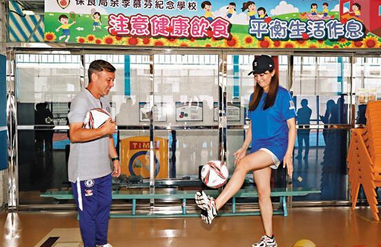 柳妍熙討教球技。