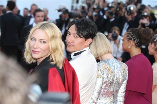主席凯特·布兰切特(左二)和评审之一张震(左三)都对电影《小偷家族》赞不绝口。