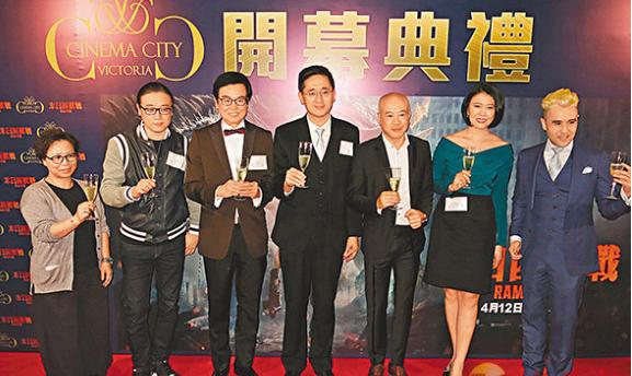 黄百鸣(左三)名下院线的第五间影院前晚举行开幕礼。