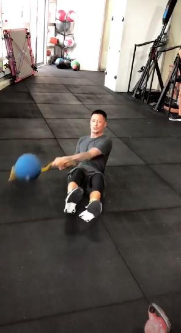 余文樂使用健身球