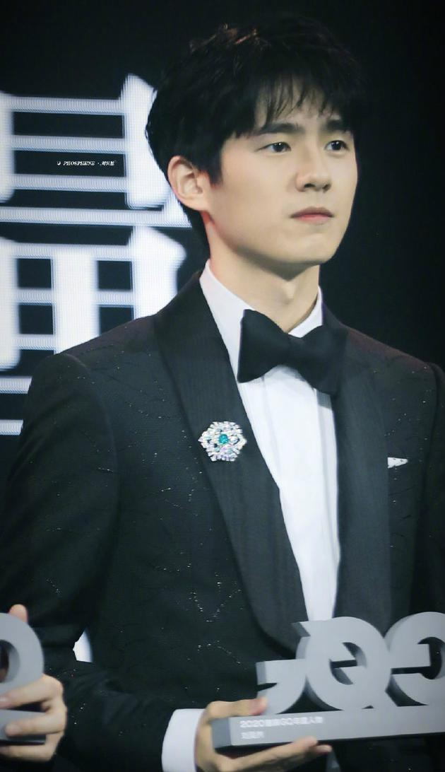 GQ回应刘昊然拿的奖杯缺角:已道歉 新的在赶制中