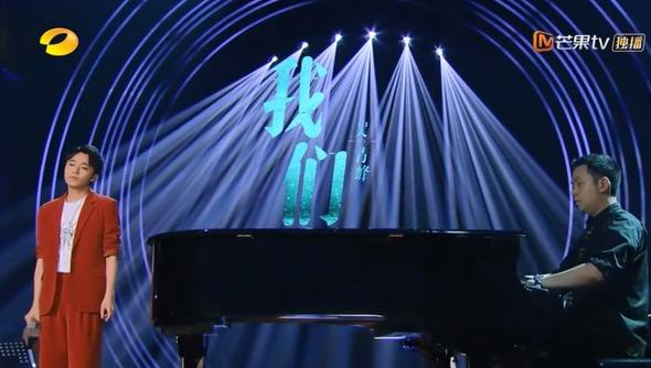 吴青峰唱《我们》,表达对父亲的思念之情。