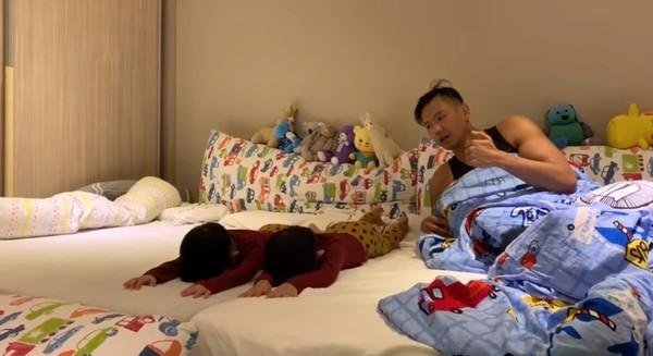 陈建州正在训练孩子们的反应能力。