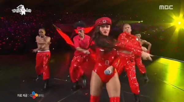 華莎去年在MAMA的表演服裝也引起討論