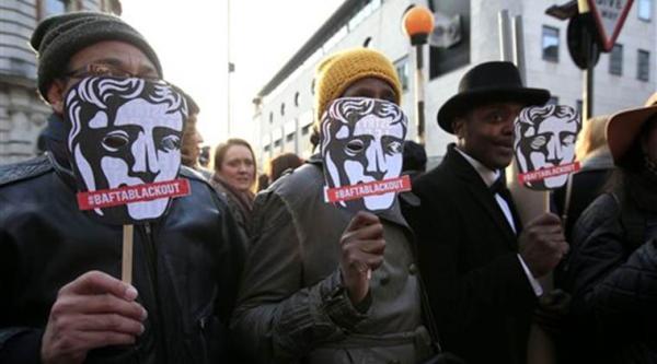 """有关英国电影学院奖""""太白""""的质疑并非第一次出现,2016年该奖颁奖典礼外就来了许多人示威,抗议奖项""""太白""""了"""