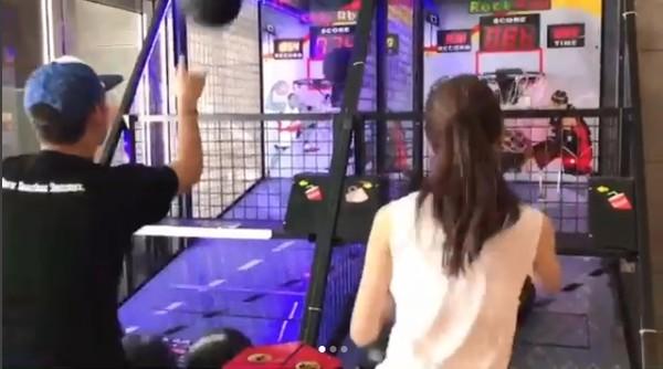 昆凌与混血弟弟PK投篮机