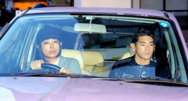 内田也哉子开车带UTA见外公的遗体。
