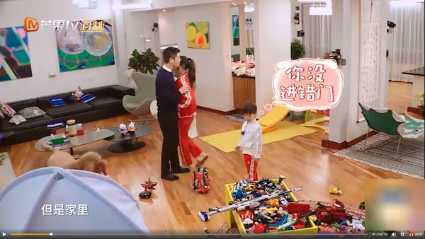 霍思燕走过身边杜江一秒拥入怀 电梯口亲吻超甜蜜