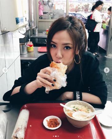 邓紫棋晒吃早餐照片超享受 最爱的台湾美食是它