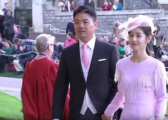 刘强东和妻子章泽天被拍到在英国伦敦出席英国女王孙女婚礼。
