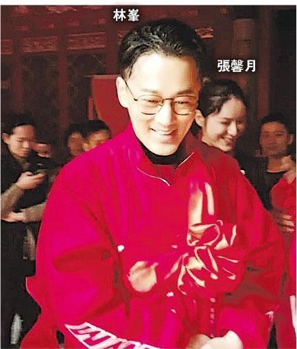 回厦门祭祖的林峰一身红色服装,胸前还挂着彩球,女友张馨月在身旁甜笑。