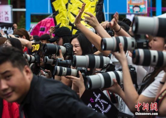 """""""代拍""""指的是专职或兼职拍摄明星图片"""