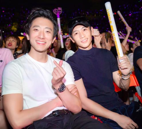 怀秋、魏晨坐在台下看演唱会