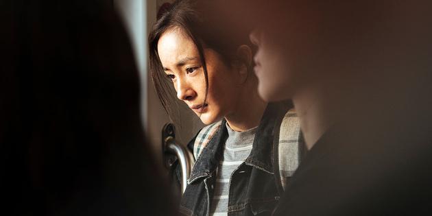 """杨幂在《宝贝儿》中饰演已长大成人的弃婴""""江萌"""""""