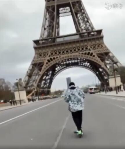 周杰伦骑滑板车畅游埃菲尔铁塔