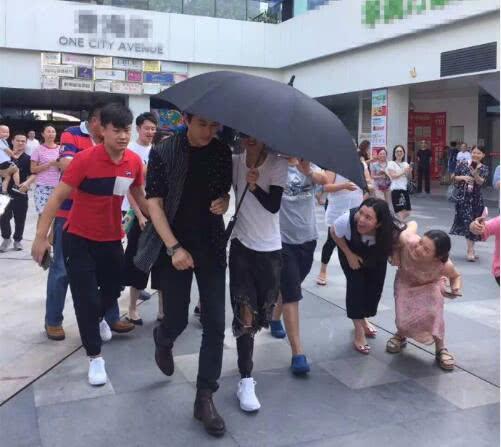 靳东被女粉丝强势围观