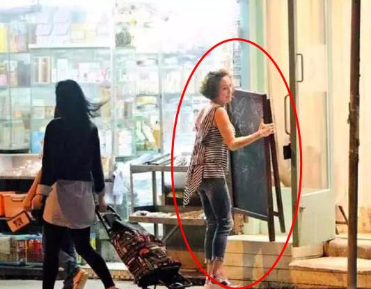 據港媒報道,張媽媽還曾在曲奇店打工。