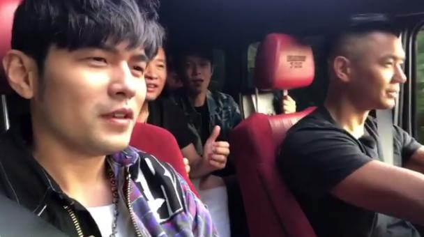 陈建州、周杰伦和朋友开车兜风